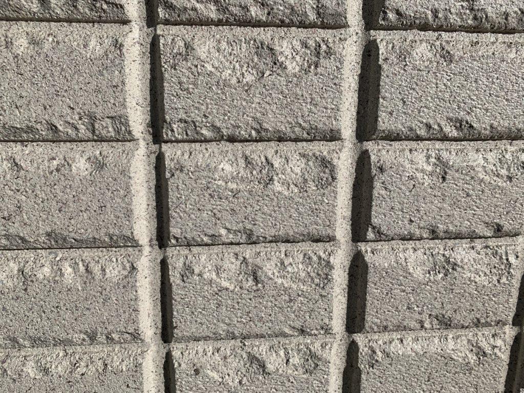ヘーベルハウスの外壁Gタイプ 石白 日なたでの見え方