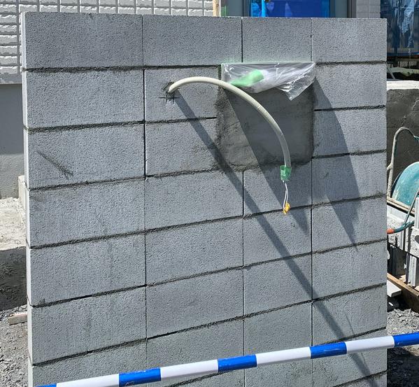 ヘーベルハウスオリジナル目地パネルを使った玄関塀 ステップ1 コンクリートブロック