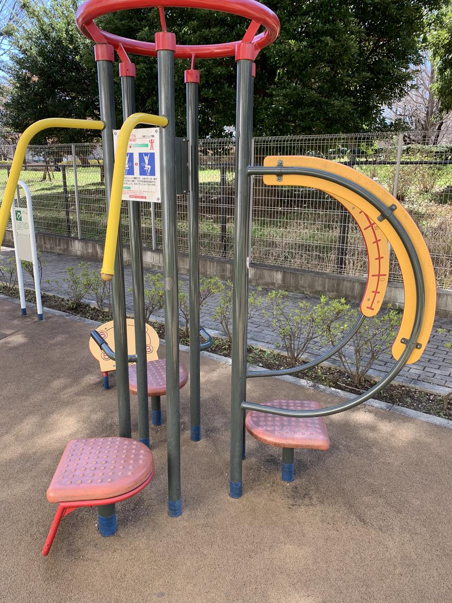 泉町かしの木公園にある健康器具