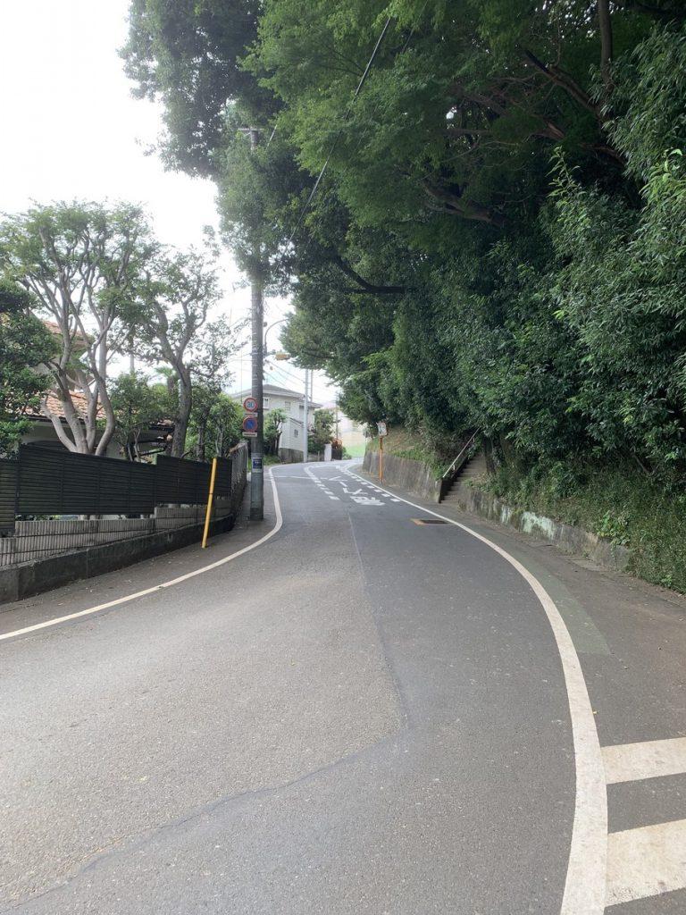 武蔵国分寺跡から多喜窪通りのほうへと続く急な上り坂