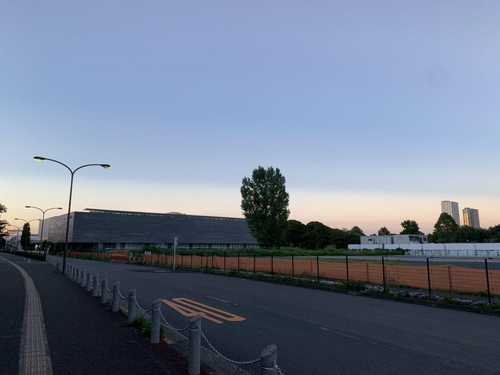 いずみプラザから見た都立公文書館と、国分寺市新庁舎建設予定地 (2021/08/04時点)